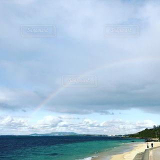 水の体の上の虹の写真・画像素材[1067420]