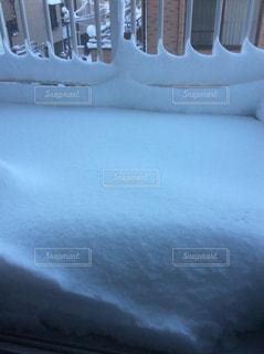 雪で覆われたバルコニーの写真・画像素材[989885]