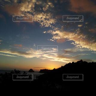 夕焼け空に浮かぶ雲の写真・画像素材[1365900]