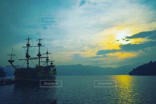 水の大きな体で小さなボートの写真・画像素材[999112]