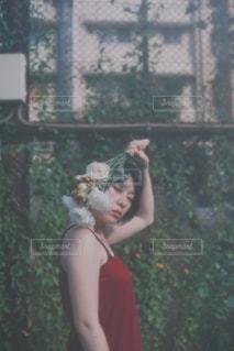 花を持つ女の写真・画像素材[1397266]