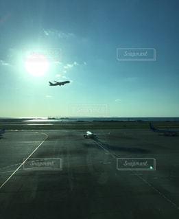 空を飛んでいる飛行機の写真・画像素材[992288]
