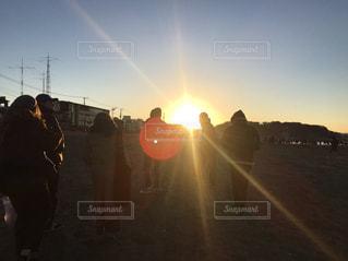 日没の前に立っている人々 のグループ - No.935704