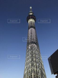 東京スカイツリーを背景に時計を持つ大きな高い塔の写真・画像素材[4445370]