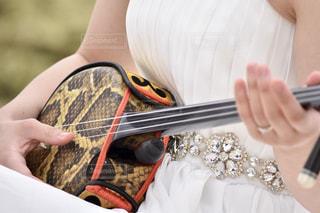 ギターを持つ手の写真・画像素材[897518]