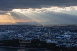 雲の隙間から美しい光が差し込むの写真・画像素材[1320808]
