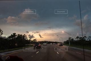 車の運転の高速道路の横の道をの写真・画像素材[1320821]