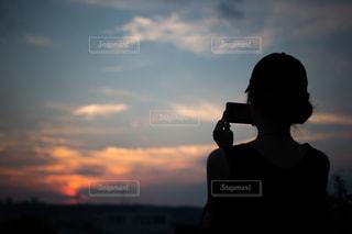 日没の前に立っている人の写真・画像素材[1324786]
