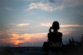 日没の前に立っている人の写真・画像素材[1324787]