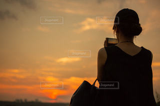 日没の前に立っている人の写真・画像素材[1324788]