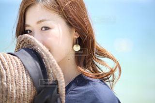 笑みを浮かべる女性の写真・画像素材[1324797]
