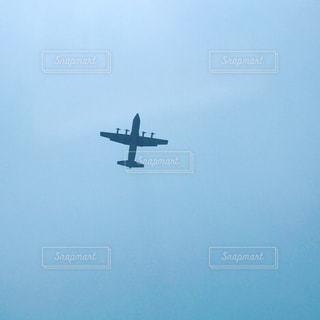 飛行機  轟音  上空  見上げた空  離陸  着陸  横田基地の写真・画像素材[568975]