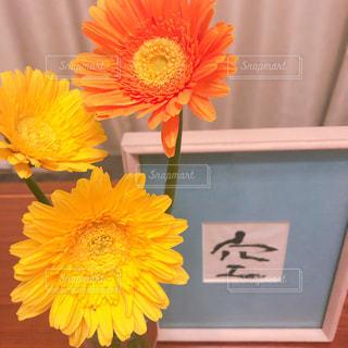 黄色い花の上に座っている花の花瓶の写真・画像素材[2286500]