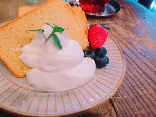 テーブルの上のケーキのスライスを皿の料理の写真・画像素材[1039148]