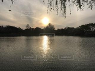 水の体の上の夕日の写真・画像素材[2418798]