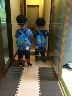 部屋に立っている小さな男の子の写真・画像素材[747750]