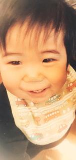 カメラに向かって笑みを浮かる赤ちゃんの写真・画像素材[893384]