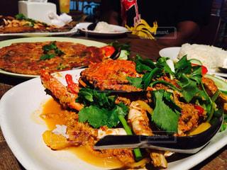 テーブルの上に食べ物のプレートの写真・画像素材[928410]