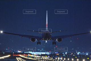夜の大型飛行機の写真・画像素材[1016429]