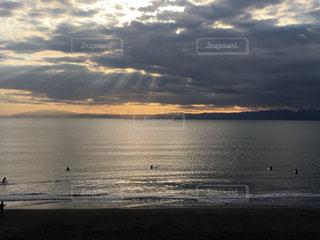 江ノ島の夕焼けとサーファーの写真・画像素材[864393]