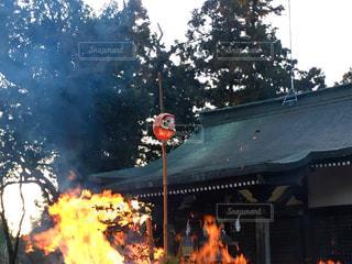神社境内でどんど焼きの写真・画像素材[960131]