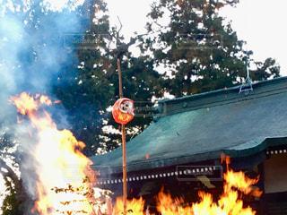 神社境内でどんど焼きの写真・画像素材[960133]