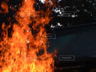 神社境内でどんど焼きの写真・画像素材[960135]