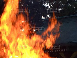 神社境内でどんど焼きの写真・画像素材[960136]