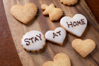 STAY AT HOMEと書いた手作りアイシングクッキーの写真・画像素材[3067964]