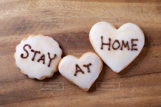 STAY AT HOMEと書いた手作りアイシングクッキーの写真・画像素材[3067968]