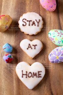 STAY AT HOMEと書いた手作りアイシングクッキーの写真・画像素材[3067958]