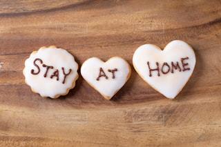 STAY AT HOMEと書いた手作りアイシングクッキーの写真・画像素材[3067972]