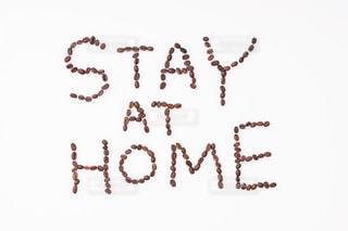 コーヒー豆で書いたSTAY AT HOMEの写真・画像素材[3085288]