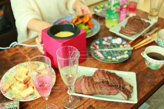 食品のプレートをテーブルに着席した人の写真・画像素材[935261]