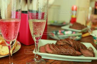 近くにテーブルの上のワイングラスのアップの写真・画像素材[935263]
