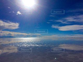 快晴のウユニ塩湖の鏡張りの写真・画像素材[1282257]