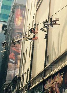 建物の合間に並んだスニーカーの写真・画像素材[1293384]