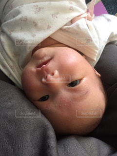 近くに赤ちゃんのアップの写真・画像素材[1228210]