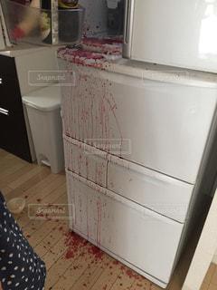 野菜ジュースがこぼれた冷蔵庫の写真・画像素材[2644837]