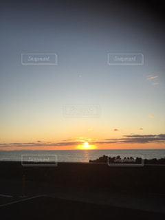 水域に沈む夕日の写真・画像素材[2700037]