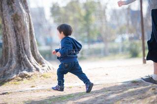 小さな男の子の走る姿の写真・画像素材[894861]