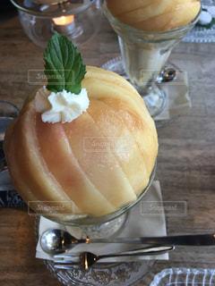 テーブルの上のケーキのスライスの写真・画像素材[724008]
