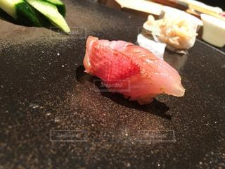 近くに寿司のアップの写真・画像素材[804307]