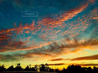空には雲のグループの写真・画像素材[1188133]