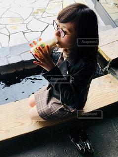 テーブルに座っている女性の写真・画像素材[1188139]