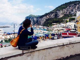 山の上に座っている人の写真・画像素材[1248753]