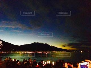 水の体に沈む夕日の写真・画像素材[3059447]