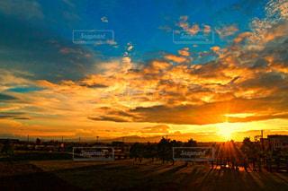 燃えるような夕陽の写真・画像素材[727344]