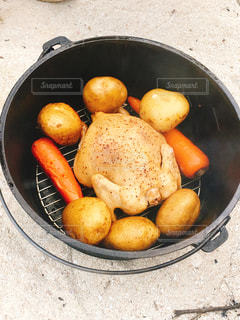 ダッチオーブン鶏の丸焼きの写真・画像素材[2398751]