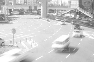 近くに忙しい街の通りのの写真・画像素材[975926]